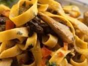 Domenica tavola Tagliatelle alle olive piatto vegetariano stuzzicante estivo