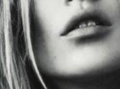 Kate Moss lancia tendenta delle spille balia