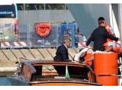Berlusconi: serve guida vera, salito barca navigatore satellitare. Lele Mora l'autista?