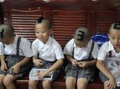 CINA: Taglio capelli forma numero poter riconoscere propri gemellini.