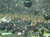 Chitarrista Metallica calcia bambino