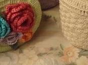Scatola plastica rivestita all'uncinetto decorata roselline