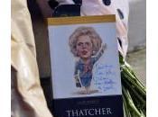 Margaret Thatcher morta: omaggi fiori davanti casa