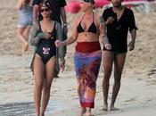 Rihanna passa feste famiglia nelle barbaods. sfoggiando costume forma pantera