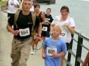 Marine rinuncia alla vittoria aiutare bambino!