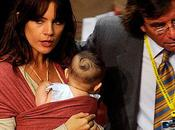 All'insediamento Michelle Bachelet, Camila Vallejo arriva neonata