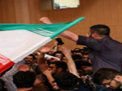 Iran, studenti universitari interrompono conferenza nucleare protestare contro regime [video]