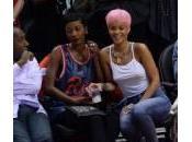 Rihanna, parrucca rosa shocking canottiera senza reggiseno (foto)