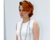 Kristen Stewart capelli rossi corti nude look Chanel