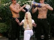 "Donatella Versace partecipa all'Ice Bucket Challenge: urla strazianti ""plis doneit!"""