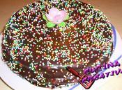 torta ricoperta glassa cioccolato confettini colorati