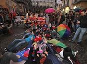 Omofobia Napoli, flash-mob piazza Monteoliveto