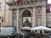 Piazza della Repubblica fogna cielo aperto. Oscar Farinetti vuole investire portandoci Eataly. Comune tiene sospeso anni producendo osservazioni patetiche
