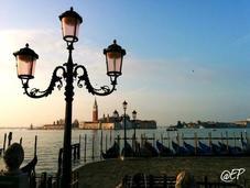 Venezia all'alba: donna bella risveglio