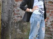Outfit: ripped boyfriend jeans, happiness t-shirt black blazer