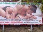 """vegetariani fanno meglio"""". manifesto pubblicitario affisso Fuorigrotta"""