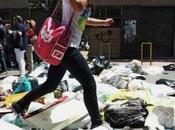 Emergenza rifiuti. Strade marciapiedi invasi cumuli spazzatura