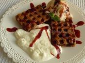 Waffle gelato alla vaniglia, panna, salsa fragole Dolcetto prende un'altra forma...
