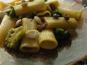 mangiando pasta broccoli. rompe?»
