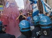 Renzi all'Aquila, scontri cariche della polizia: feriti polemiche