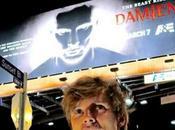 Damien: Bradley James pacata reazione quando vede cartellone