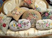 Divanetti dorati, nappe, cuscini antichi femminilità