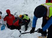 RIGOPIANO. fronte all'impossibilità, piedi badili mano avviarono verso resort distrutto dalla slavina sepolto neve!