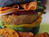 Hamburger vegetariano pane nero chips zucca