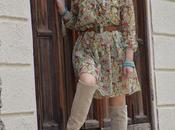 Outfit floral print dress gipsy style: abito primaverile fiori abbinatoa stivali ginocchio