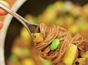 Insalata soba noodles melanzane, mango edamame