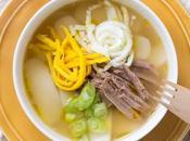 Tteokguk: ricetta coreana della zuppa gnocchi riso brodo carne