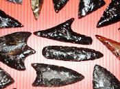 Archeologia, materie prime dell'antichità. schegge ossidiana, diamanti Neolitico. roccia vulcanica contribuì all'evoluzione umana avviando fitta rete scambi commerciali terrestri marittimi, anche lunga distanza. Rifl...