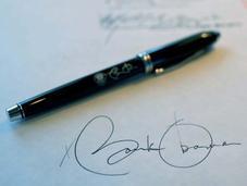 Obama polonia) firma documento america)