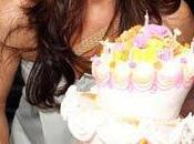 Brooke Shields resta bocca aperta davanti alla torta