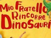 fratello rincorre dinosauri