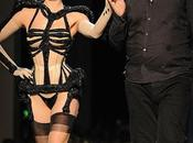 Dita Teese sfila Jean Paul Gautier Haute Couture Fall Winter 2010/11 Paris