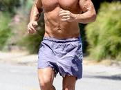 Sean Penn jogging petto nudo Malibu: Iron