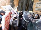 Indignados bolognesi scontrano polizia. ragazza ferita