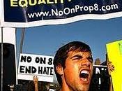 Mentre California divieto matrimoni viene giudicato incostituzionale, Italia rischiano denunce multe semplici baci sulla spiaggia