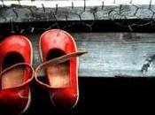 …C'è paio scarpette rosse….