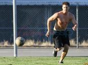 Jensen Ackles gioca calcio torso nudo